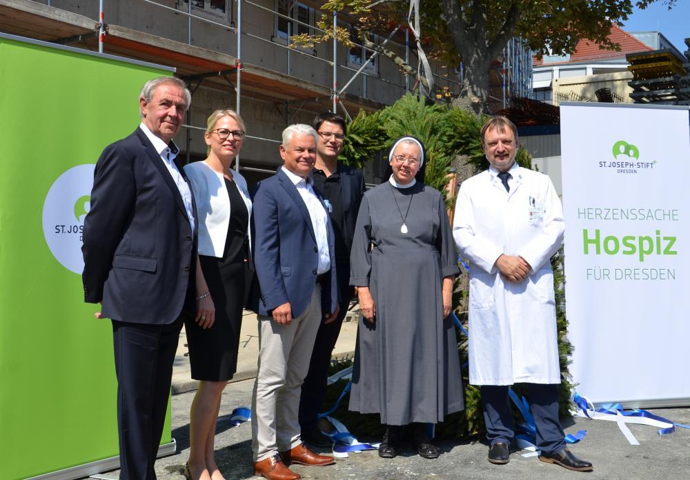 Die Förderstiftung der Ordensschwestern unterstützte den Bau des Hospizes mit rund einer Million Euro, der Freistaat Sachsen steuerte 444.000EUR zu den Baukosten bei.