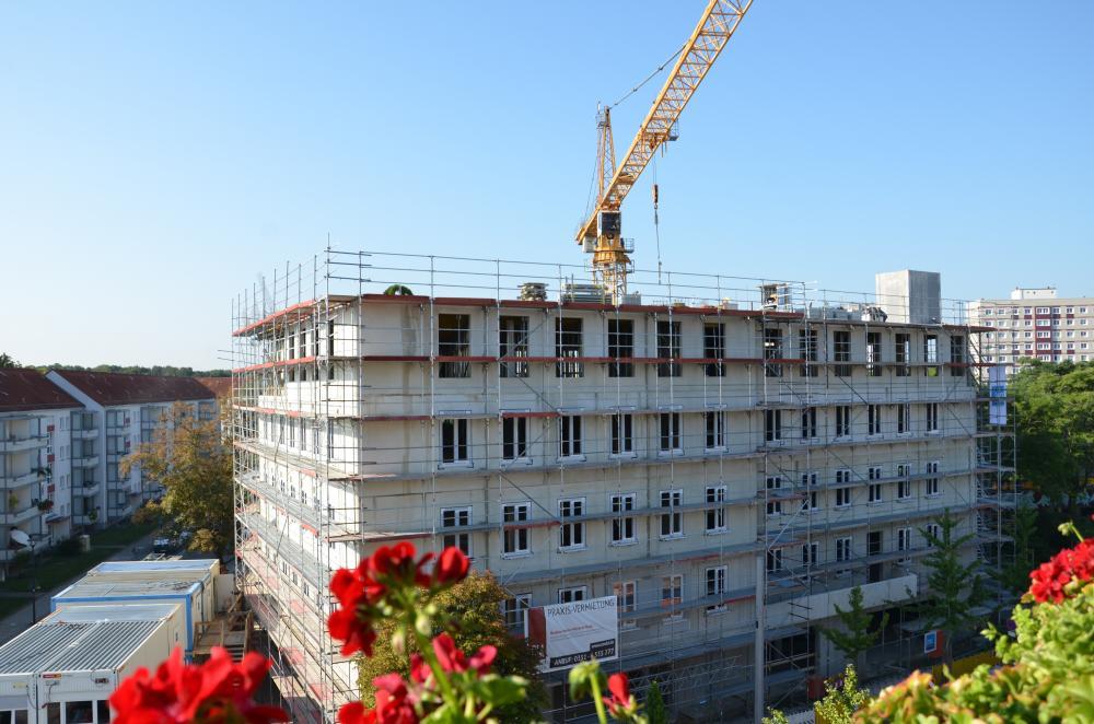 Sommer 2019: Das Gebäude entsteht. Der Bau an der Ecke Wintergartenstr./ Canalettostr. wächst das Tag um Tag.
