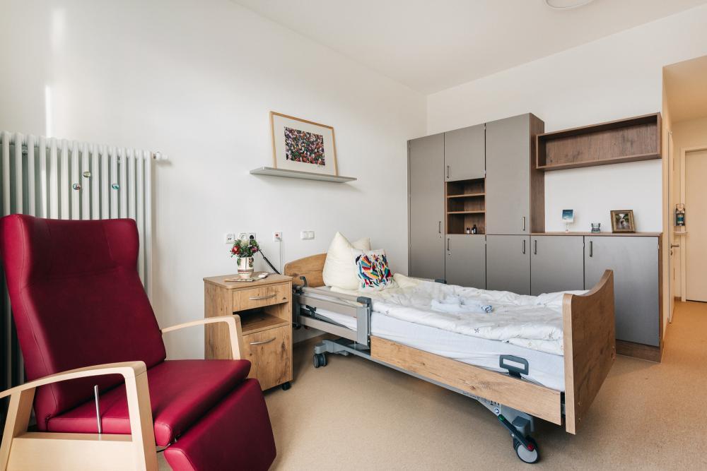 Sich wie zuhause fühlen: Die Zimmer im Hospiz sind wohnlich eingerichtet. Eigene Bilder und liebgewonnene Gegenstände können von den Hospizgästen mitgebracht werden, auch an ein Ausklappbett für Zugehörige, die jederzeit willkommen sind, ist gedacht./ Foto: St. Joseph-Stift Dresden